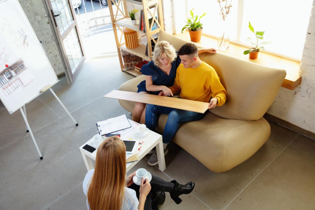 Pomoc architekta wnętrz wwybierania koloru podłogi